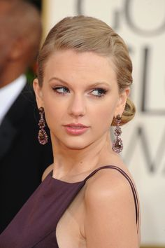Taylor Swift goes for drama with these statement earrings. #GoldenGlobes #redcarpet #jewelry