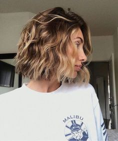 """Just posted this """"messy/undone"""" hair tutorial on my IGTV- check it out :) Bobs For Thin Hair, Wavy Bobs, Wavy Bob Hairstyles, Haircut Wavy Hair, Hair Color For Women, Modern Haircuts, Hair Highlights, Caramel Balayage Highlights, Hair Trends"""