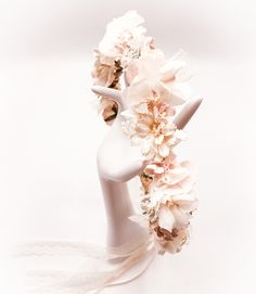 Brautkranz, Blumenkranz 🌸🌸🌸🌸 mit Maulbeerbaum Papierblüten, konservierten Hortensien, Schleierkraut und Spitze. Die Blumen bestehen aus geschöpftem Papier aus der Rinde des Maulbeerbaumes. Dies ist eine Sonderanfertigung und du findest noch viele Beispiele auf meiner Webseite. (Werbung) Schmuck Design, Headpieces, Bridal Accessories, Handmade, Mulberry Tree, Korean Outfits, Custom Cars, Floral Wreath, Limelight Hydrangea