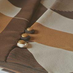 Foulard marron à motifs géométriques.   www.jicqylesmirettes.com