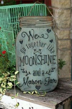 Mason Jar Crafts – How To Chalk Paint Your Mason Jars - Unfurth Pot Mason Diy, Mason Jar Crafts, Mason Jar Kitchen Decor, Kitchen Wood, Kitchen Ideas, Diy Projects To Try, Wood Projects, Wood Crafts, Diy Crafts
