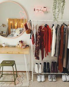 Closet Simples - Estilo Próprio by Sir Deco Studio, Uni Room, Dorm Room Closet, Closet Space, Aesthetic Rooms, Dream Rooms, House Rooms, Bedroom Decor, Bedroom Ideas