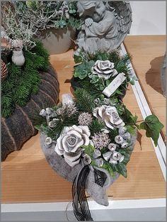 Gedenktage - Floristik & Gartenbau Schmidt Hötte Christmas Flower Arrangements, Fall Floral Arrangements, Funeral Flower Arrangements, Funeral Flowers, Grave Decorations, Cemetery Flowers, Christmas Wreaths, Vence, Holiday Decor