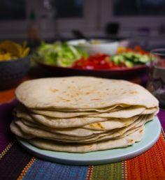 Hemmabakad tortillabröd fria från tillsatser och enkla att baka. Quorn, Crepes, Bread Recipes, Crockpot, Delish, Bakery, Sandwiches, Food And Drink, Yummy Food