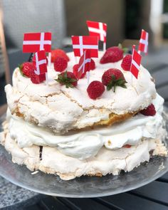 Meringue Pavlova, Danish Food, Köstliche Desserts, Cakes And More, Sweet Recipes, Cookie Recipes, Food And Drink, Favorite Recipes, Sweets
