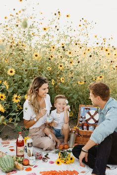 Christine Andrew shares one of her favorite ways to spend a summer evening and one of the best and easiest snacks for a family summer picnic. Picnic Photography, Family Photography, Photography Studios, Photography Marketing, Photography Backdrops, Children Photography, Outfits Tipps, Summer Family Pictures, Sunflower Family