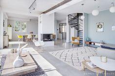 Cette maison de 196m² totalement rénovée dans un esprit contemporain, présentée par Espaces Atypiques, a revêtu une décoration typiquement scandinave. Mais le soleil triomphant nous en dit plus : c'es