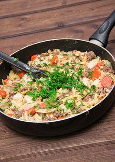 Einfache und leckere Spitzkohl-Hack-Pfanne mit Nudeln und Karotten.