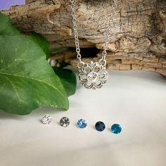 Diese bezaubernde Kette mit Blumenanhänger ist die perfekte Ergänzung zu jedem Outfit. Sehr gerne wird diese Kette auch zum Trachtenoutfit und zum Dirndl getragen. In der Mitte der Blume funkelt ein Kristall von Swarovski ® . Die Kette ist in verschiedenen Farben erhältlich und kann somit farblich auf den Look abgestimmt werden. Costume Necklaces, Costume Jewelry, Blue Grey, Dark Blue, Swarovski, Blue Tones, Flower Pendant, Blue Crystals, Traditional Outfits