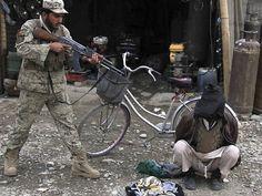 Soldado afegão aponta a arma para um suspeito de planejar um ataque suicida contra funcionários do governo, em Jalalabad  Foto: Ghulamullah Habibi/Efe