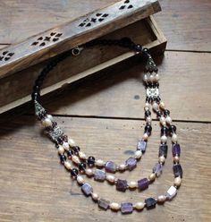 Collier en perles de verre et acrylique de couleur Violette. - Casual Chic
