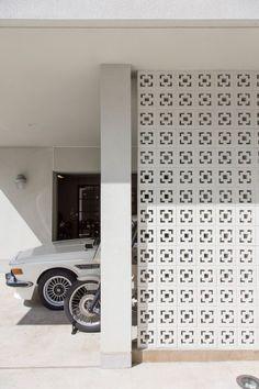 「このブロックは沖縄から取り寄せました。この透け感と、南国情緒が白い壁の家によく似合っています」