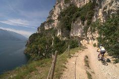 Uno degli itinerari per #mountainbike che ci ha emozionato di più! Un giro chiamato #AdrenalinaBikeTour!  Il sentiero del Ponale di Riva del Garda ti lascia il segno!! #bikeintrentino #mulattiere #paesaggiodaurlo #salite Ph Credits: lifeintravel.it