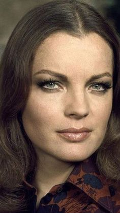 Romy Schneider – – Women's Hair and Model Suggestions Romy Schneider, Classic Actresses, Beautiful Actresses, Actors & Actresses, Sophia Loren, Fashion Illustration Face, Sara Montiel, Portrait, Dalida