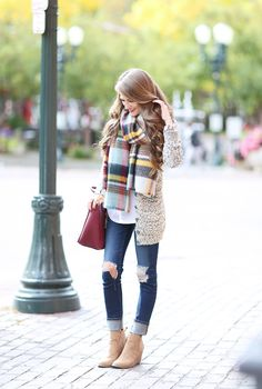 Sand boots with burgundy purse