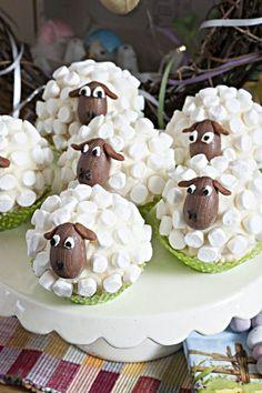 Mini easter eggs as faces. Amazing Cakes, Lamb Cupcakes, Sheep Cupcakes, Sheep Cake, Easter Cupcakes, Cute Cupcakes, Easter Ideas, Easter Food, Easter Candy