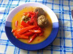 Hackbällchen mit Paprika-Currysauce