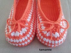 How to Crochet These Beautiful Slippers Crochet Slipper Pattern, Crochet Baby Shoes, Knitted Slippers, Crochet Slippers, Diy Crochet, Crochet Patterns, Crochet Hats, Crochet For Beginners Blanket, Baby Boots