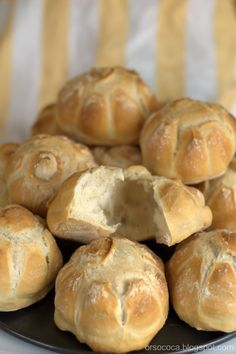 Pubblico questa ricetta per le rosette soffiate. Dei panini che hanno il loro fascino proprio nell'interno vuoto e la crosta crocca...