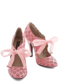 Vintage Shoes Cutie Alert Heel in Pink. Declare you're darlingfrom your head to your toes by stepping out in these bubblegum-pink heels! Pretty Shoes, Beautiful Shoes, Cute Shoes, Me Too Shoes, Dream Shoes, Crazy Shoes, Shoe Boots, Shoes Heels, Bow Heels