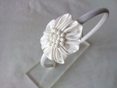 Diadema con flores de tela kanzashi. de Corazones de Colores por DaWanda.com
