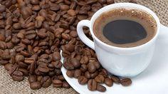 Abstecher in die Kaffee-Rösterei – Die Torrefazioni.Kurze Pause vom Sightseeing gefällig? Dann nichts wie ab in eine der Torrefazioni. Dabei handelt es sich um Geschäfte, in denen man hausgerösteten Kaffee kaufen kann. In den meisten der kleinen Läden herrscht eine nostalgische Atmosphäre. Den Kaffee trinkt man am Tresen, dazu vielleicht noch ein Croissant oder ein kleines Gebäckstück. Wem der Kaffee geschmeckt hat, kann ihn üblicherweise gleich vor Ort kaufen und auch rösten lassen. Auch…