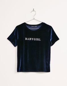 T-shirt veludo texto bordado. Descubra esta e muitas outras roupas na Bershka com novos artigos cada semana