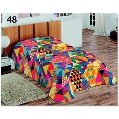 Farebná dekoračná prikrývka s motívom farebných trojuholníkov
