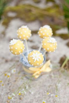 Yellow popcakes but have to lose the dots! Daisy Party, Daisy Wedding, Wedding Blog, Wedding Desert, Wedding Yellow, Wedding Favors, Wedding Cakes, Cakepops, Beautiful Cakes