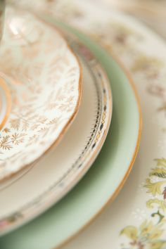Vintage China Mint and Gold Place Setting from - Get inspired for Easter brunch with these pretty pastel ideas from The Sweetest Occasion Vintage Plates, Vintage Dishes, Vintage China, Antique China, Vintage Dinnerware, Vintage Cups, Vintage Theme, Pink And White Weddings, Mint Weddings