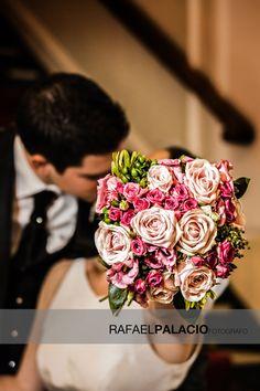 Rosas que esconden un beso.