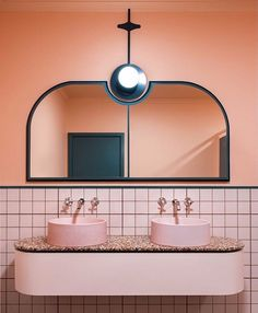 Bathroom goals, anyone? Deze beauty van @bergmanandco in het @mountericahotel mag er wezen.. @nicoleengland #bathroom #pink #EDLoves #interiordesign #hospitality #hotel