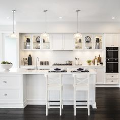 Classic Home Decor Themes That Are Always In Style White Shaker Kitchen, All White Kitchen, Red Kitchen, Kitchen Decor, Kitchen Office, Kitchen Furniture, Modern Farmhouse Kitchens, Home Kitchens, Style At Home