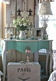 Love the painted vintage Paris suitcase! ~ Shabby in love: Turquoise Home Decor - DIY Craft's - Mydiddl Shabby Chic Mode, Shabby Chic Vintage, Shabby Chic Stil, Muebles Shabby Chic, Shabby Chic Bedrooms, Shabby Chic Furniture, Shabby Chic Decor, Vintage Decor, Painted Furniture