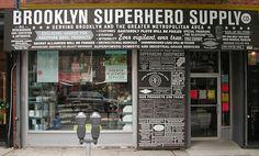 826 National ONG oferece aulas particulares de redação para alunos de 6 a 18 anos nos EUA encontrou uma maneira inusitada de se sustentar e chamar a atenção para si. Ela se aloja sempre nos fundos de uma loja falsa e… absurda! A ideia é sustentar o projeto com produtos para super-heróis, piratas, etc. Tem a  Pirate Supply Store, é uma loja para Piratas ; tem a Brooklyn Superhero Supply Co. que conta com capas, kits de identidades secretas, ..