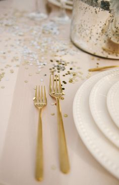 Modern Rooftop Wedding ⋆ Ruffled - Gold flatware + confetti = New Years Celebration decoration - New Years Wedding, New Years Party, New Years Eve, Table Confetti, Wedding Confetti, Glitter Confetti, Reception Decorations, Table Decorations, Confetti Photos