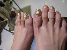 OMG! These feet are so ugly!!! I'm NOT talking about the hideous nail art!!!