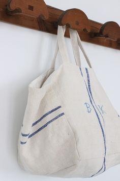 Linen w monogram. Tote Purse, Tote Handbags, Burlap Bags, Unique Purses, Creation Couture, Linen Bag, Fabric Bags, Summer Bags, Market Bag