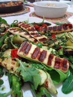 Salada de abobrinha, tomates, rúcula e queijo de coalho, ao molho de mangericão, do livro Ottolenghi