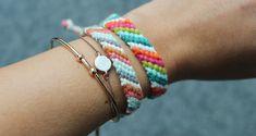 Good friends are given a friendship bracelet ☮ - DIY Jewelry Simple Ideen Bracelet Damitie, Macrame Bracelet Diy, Crochet Bracelet, Bracelet Making, Bracelet Crafts, Diy Jewelry Unique, Diy Jewelry To Sell, Blog Crochet, Jewelry Tags