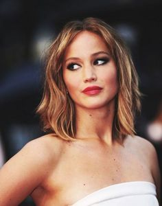 Edgy with Layers Medium Hair | Jennifer Lawrence Look by Makeup Tutorials at http://www.makeuptutorials.com/medium-haircuts-shoulder-length-hair