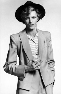Bowie. I love how effortless this looks, but really his expression made me fall in love with the photo, his energy has a louche electricity that's just adorable.