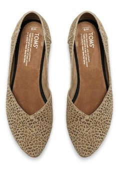These flattering animal-inspired flats are easy to toss in your handbag and are perfect for casual days that call for a dash of flair.