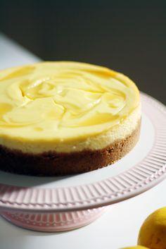 Tämä äitienpäiväksi tekemäni paistettu sitruunajuustokakku on hetkeen paras tekemäni herkku, ja halusin päästä äkkiä pistämään ohjetta jakoon muuttokiireistä huolimatta! Olemme muuttaneet uuteen kotiin, ja halusin testata uuden keittiön ja uunin toimivuutta jollakin helpolla ohjeella, johon ei tarvita kummallisia välineitä ja jonka paistaminen on helppoa. Cake Cookies, Cupcake Cakes, Sweet Recipes, Cake Recipes, Finnish Recipes, Funny Cake, Crazy Cakes, Joko, Piece Of Cakes
