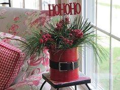 Ainda está em tempo! Faça um enfeite de Natal criativo e econômico! Você vai precisar de: – 1 lata...