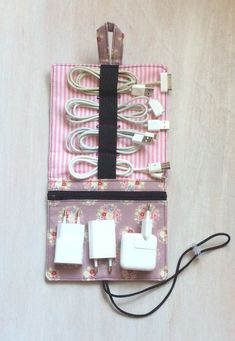 Finally no cable salad in the bag.- Endlich kein Kabelsalat mehr in der Tasche. Eine praktische Tasche für alle Finally no cable salad in the bag. A practical bag for all, … – the last - Diy And Crafts Sewing, Diy Sewing Projects, Sewing Projects For Beginners, Diy Crafts To Sell, Sewing Hacks, Sewing Tutorials, Fabric Crafts, Sewing Patterns, Cord Organization
