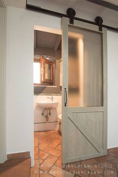 Barn sliding door for this little toilet: Finestre in stile di Rachele Biancalani Studio - Architecture & Design Industrial Windows And Doors, Wooden Sliding Doors, Sliding Door Design, Industrial House, Industrial Interiors, Industrial Style, Discount Interior Doors, Interior Barn Doors, Studios Architecture