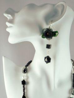 Boucles d'oreilles cristal noir, perles de verre cubiques noire, petits jades blancs et belle fleur en tissus noir