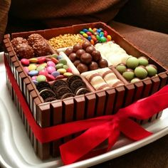 Chocolate Box Birthday Cake Ideas - Share this image!Save these chocolate box birthday cake ideas for later by share this Box Cake Recipes, Yummy Recipes, Dessert Recipes, Sweet Recipes, Oats Recipes, Party Desserts, Torta Candy, Candy Cakes, Food Cakes
