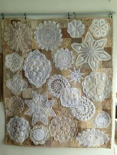 """doily wall hanging Terry pieced squares for the background, used muslin on the back and stitched the doilies around the edge. Then she """"Mctavished"""" around the doilies. Idea for over sofa Framed Doilies, Lace Doilies, Crochet Doilies, Doily Art, Doilies Crafts, Deco Retro, Creation Deco, Vintage Quilts, Vintage Linen"""